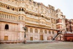 Slott av den indiska maharajaen i område av det berömda 16th århundradefortet i Indien Fotografering för Bildbyråer