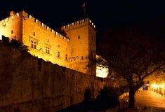 Slott av den storslagna förlagen i natt på den Rhodes ön i Grekland Royaltyfri Foto