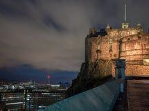 Slott av Edinburg på natten arkivbilder