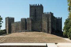 Slott av Guimaraes - medeltida slott i Guimaraes Fotografering för Bildbyråer