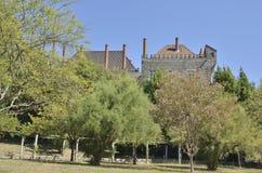 Slott av hertigarna av Braganza som ses från trädgårdarna Royaltyfria Foton