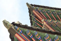 Slott av Korea, koreanskt trätak, Gyeongbokgung slott i Seoul, Sydkorea royaltyfri foto