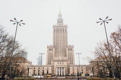 Slott av kultur och vetenskap i dimma i Warszawa, Polen arkivbilder