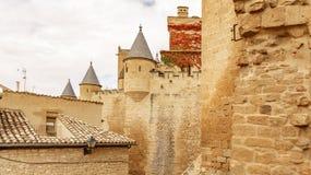 Slott av Olite och moln i Navarre, Spanien Royaltyfri Fotografi