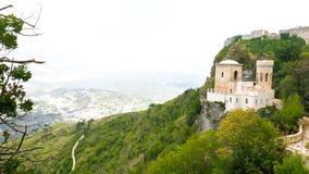 Slott av Pepoli upptill av berget, på den steniga klippan, arkivbilder