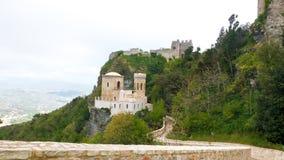 Slott av Pepoli upptill av berget, på den steniga klippan, royaltyfria foton