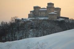 Slott av Torrechiara under snowen Arkivfoton