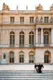 Slott av Versailles på sidan för trädgård för slott` s Royaltyfria Bilder