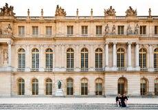 Slott av Versailles på sidan för trädgård för slott` s Arkivfoto