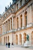 Slott av Versailles på sidan för trädgård för slott` s Royaltyfria Foton