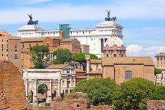 Slott av Victor Emmanuel på bakgrunden av Roman Forum, Royaltyfri Fotografi
