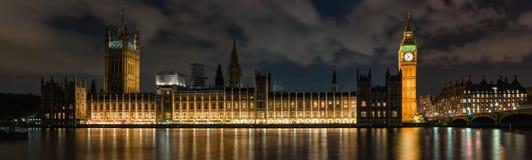 Slott av Westminster i London på natten Royaltyfri Bild