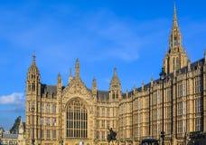 Slott av Westminster och statyn av Richard Coeur de Lion Arkivbild