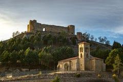 Slott bakom av en kyrka arkivbilder