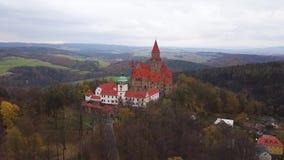 Slott Bouzov i Tjeckien - flyg- sikt arkivfilmer