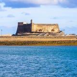 Slott Castillo de San Gabriel i Arrecife; Lanzarote; Kanariefågeln är Royaltyfri Foto