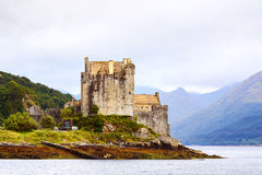 slott donan eilean scotland Arkivfoton