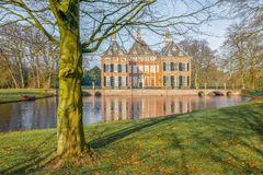 Slott Duivenvoorde i Voorschoten i Nederländerna Arkivbilder