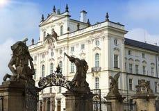 Slott för ärkebiskop` s på slottfyrkanten nära den huvudsakliga ingången i den Prague slotten royaltyfri fotografi