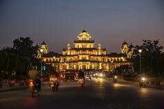 Slott för Albert Hall museumstad på natten i Jaipur arkivbilder