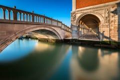 Slott för bro-, kanal- och doge` som s är upplyst vid resningsolen, Venedig Royaltyfri Foto