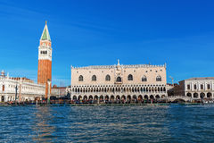 Slott för campanile- och doge` som s ses från lagun Royaltyfria Foton