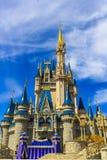 Slott för Disney världsFlorida Cinderella prinsessa med härlig blå himmel Fotografering för Bildbyråer
