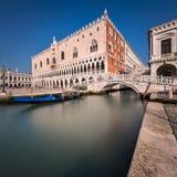 Slott för doge` s och bro av Sighes i Venedig Italien Royaltyfria Foton
