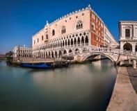 Slott för doge` s och bro av Sighes i Venedig Italien Royaltyfri Foto