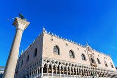 Slott för doge` s och lejon av den Venedig kolonnen Arkivfoto