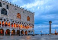Slott för doge` s på fyrkanten för St Mark ` s i Venedig Italien på soluppgång Royaltyfri Bild
