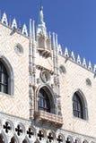 Slott för doge` s på piazza San Marco, gudinna av rättvisastatyn upptill, Venedig, Italien Arkivbild