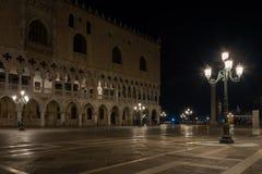 Slott för doge` s vid natt Royaltyfri Bild