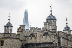 Slott för London stadstorn skärvabakgrunden Arkivbild