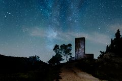 Slott för Montegrossi ` s på natten Arkivbilder