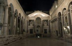 Slott för Roman Emperor ` s vid natt i historisk stad av splittring, Kroatien Arkivbilder