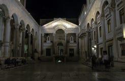Slott för Roman Emperor ` s vid natt i historisk stad av splittring, Kroatien Arkivfoton