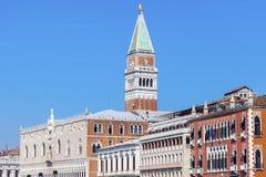 Slott för ` s för Campanile och för doge för St Mark ` s i Venedig Royaltyfri Bild