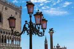 Slott för typisk lampa, doge` s, San Giorgio Maggiore Bell Tower och Arkivbilder