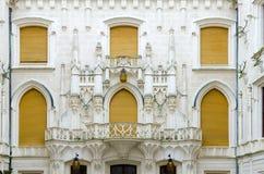 Slott Hluboka nad Vltavou, södra Bohemia arkitektonisk reflekterad shopping för detaljbalkar glass galleria _ royaltyfri fotografi