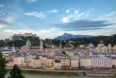 Slott Hohensalzburg och gammal stad i morgon Royaltyfria Bilder