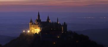Slott Hohenzollern på natten Royaltyfri Bild