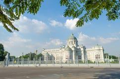 Slott i blå himmel royaltyfria foton