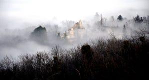 Slott i dimman Arkivfoton