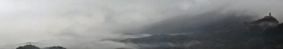 Slott i dimman royaltyfri foto
