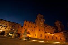 Slott i Ferrara, Italien på nighttimen Arkivbilder