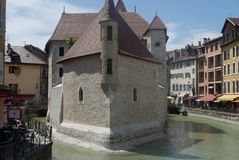 Slott i floden Thiou i Annecy arkivfoto