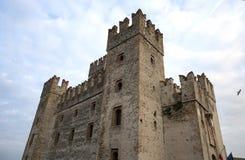 Slott i Sirmione Sikt till den medeltida Rocca Scaligera slotten i den Sirmione staden på Garda sjön, Italien Scaliger slott 13th royaltyfri foto