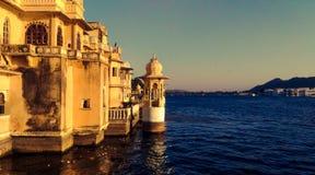 Slott i sjön av udaipur Indien arkivbilder