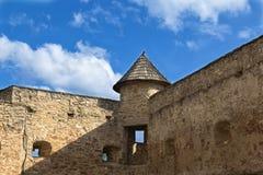 Slott i Stara Lubovna slovakia Fragment av forntida defensiv Arkivfoton